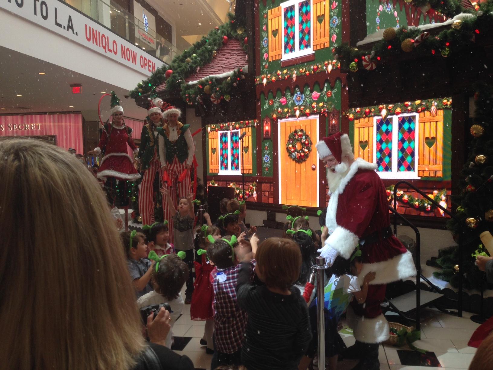 הילדים עם אוזני שרק משוחחים עם סנטה. צילום: ערן כספין