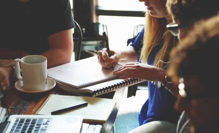 אתם צריכים למצוא את האיזון העדין שמאפשר לכם רוב של משתמשים מרוצים, תוך כדי תמיכה בתהליך המכירה. כן, זה מורכב וזה מצריך הרבה שיחות עם שני הצדדים.